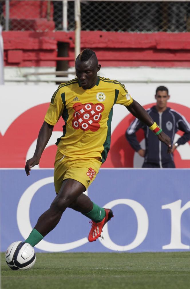 Albert Ebossé, footballeur camerounais de JS Kabylie, est mort après avoir été frappé par un projectile à la fin du match contre l'USM Alger.
