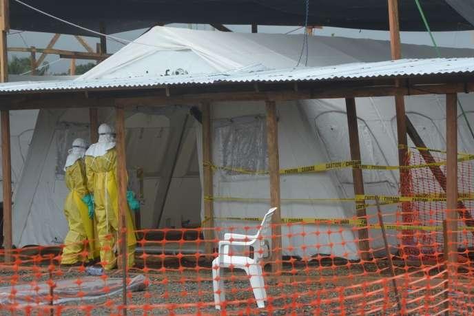 Des membres de Médecins sans frontières dans un hôpital de Monrovia, au Liberia, le pays le plus touché par Ebola.