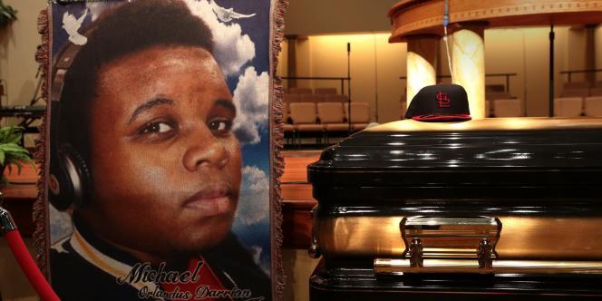 Le portrait de Michael Brown, sa casquette et son cercueil dans l'église baptiste de Saint-Louis (Missouri), lundi 25 août.