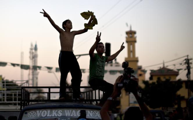 Des jeunes Gazaouis fêtent le cessez-le-feu « illimité » conclu entre Israël et les Palestiniens.