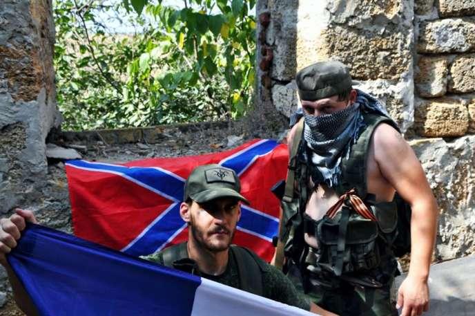 Des Français engagés aux côtés des séparatistes prorusses, le 11 août, à proximité de la ville de Donetsk, dans l'est de l'Ukraine. Au second plan, le drapeau de la Nouvelle Russie.