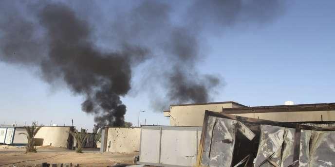 De la fumée s'élève après des affrontements entre milices à Tripoli en Libye.