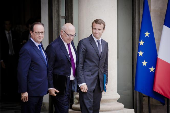 François Hollande raccompagne Emmanuel Macron et Michel Sapin à  la sortie du premier conseil des ministres du gouvernement