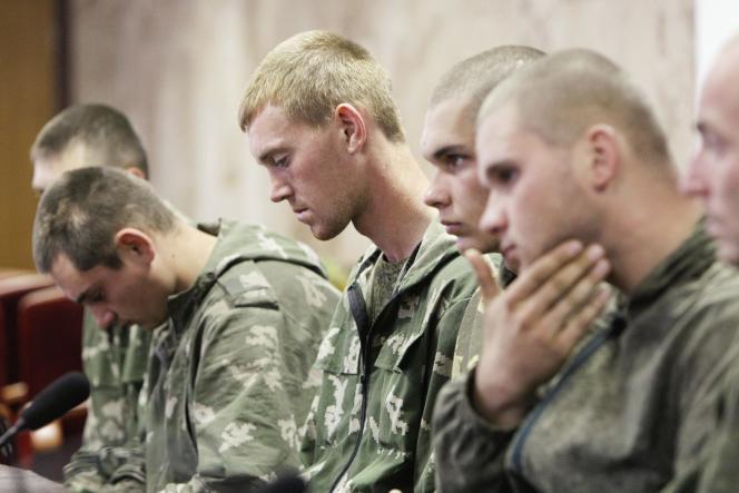 Des soldats russes capturés en territoire ukrainien, mercredi 27 août, à Kiev.