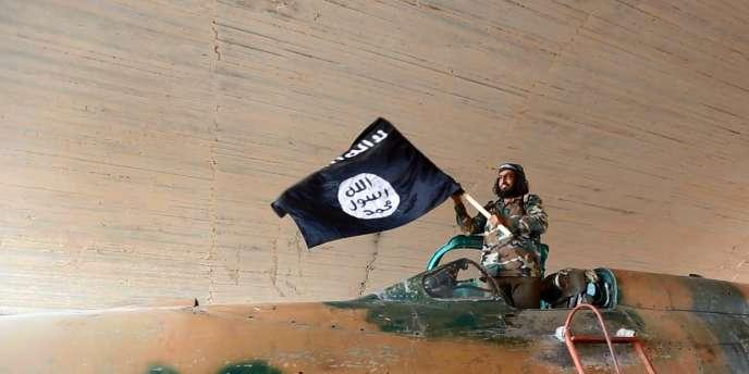 Un combattant de l'Etat islamique après la prise de la base aérienne de Tabka, en Syrie, le25août.