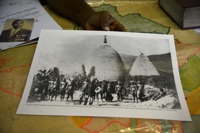 Photographie d'archive du clan d'Ataï, montrée par le chef coutumier Bergé Kawa, à Sarraméa, Nouvelle-Calédonie.