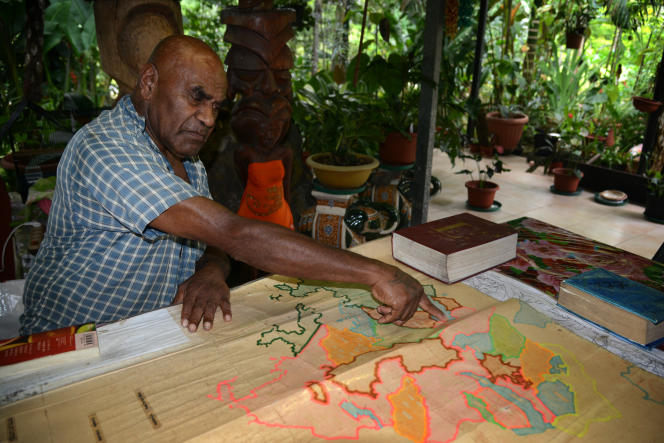 Le chef coutumier Bergé Kawa montre des cartes des anciens territoires des clans, dans la tribu de Petit-Couli, commune de Sarraméa, en Nouvelle-Calédonie.