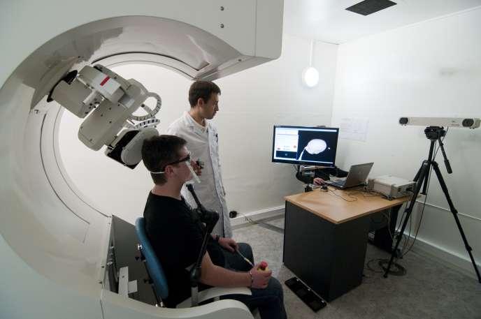 Un examen de stimulation magnétique transcrânienne.