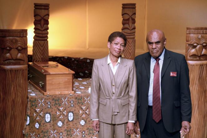 Cérémonie de restitution des restes du chef kanak Ataï, au Muséum national d'histoire naturelle, à Paris, jeudi 28 août 2014, en présence de la ministre des outre-mer, George Pau-Langevin (à gauche) et du chef coutumier Bergé Kawa.