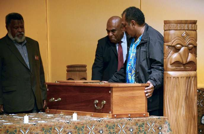Les cercueils contenant les crânes du chef de guerre Ataï et de son guérisseur, le « Méche », restitués à leurs descendants kanaks au Muséum nationale d'histoire naturelle, à Paris, le 28 août 2014.