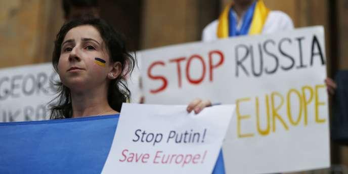 Pour Philippe Ricard, journaliste au « Monde » et ancien correspondant à Bruxelles, « il reste beaucoup à faire en terme de sanctions, en particulier dans le domaine militaire ».