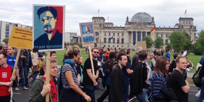 Manifestants devant le Bundestag.