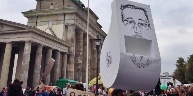 Un sifflet géant en hommage à Edward Snowden, devant la porte de Brandebourg.