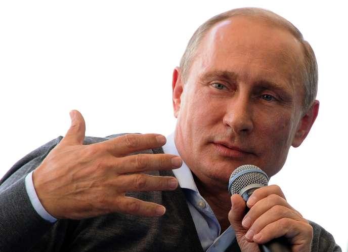 Vladimir Poutine devant un panel de jeunes russes au lac de Seliger, au nord de Moscou, le 29août.