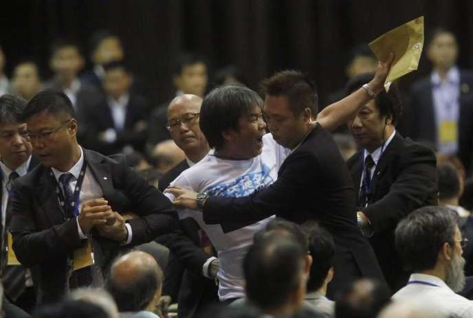 Le député Leung Kwok-hung a pris à partie le vice-président de la commission législative de l'Assemblée nationale chinoise, Li Fei, venu défendre, le 1er septembre à Hongkong, la politique de Pékin.