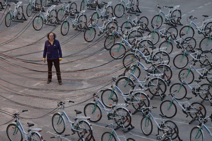 En septembre 2011, sous la nef du Grand Palais, l'artiste Yann Toma pose au milieu de son installation participative