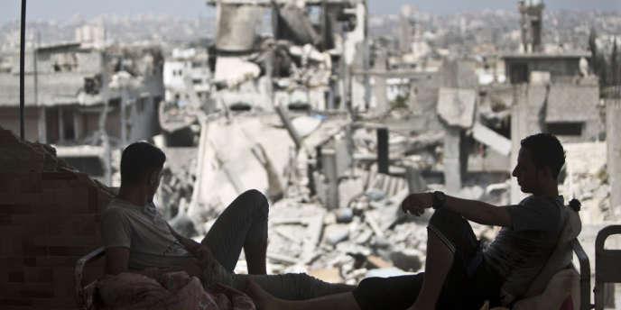 Deux Palestiniens regardent le paysage du quartier de Toufah dans l'est de la bande de Gaza, le 31 août.