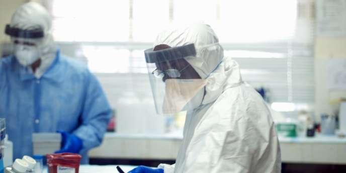 Des médecins luttant contre l'épidémie d'Ebola au Sierra Leone.