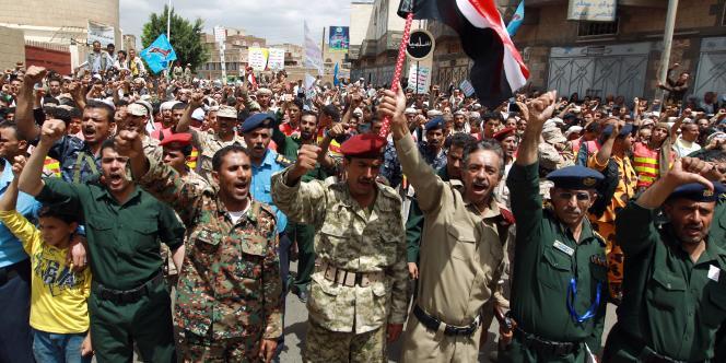 Manifestation des Houthis chiites, avec des officiers de la police et de l'armée, le 1er septembre à Sanaa.