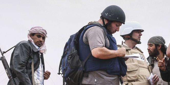 Steven Sotloff (au centre, portant un casque) en reportage en Libye dans la région de Misrata, en juin2011.