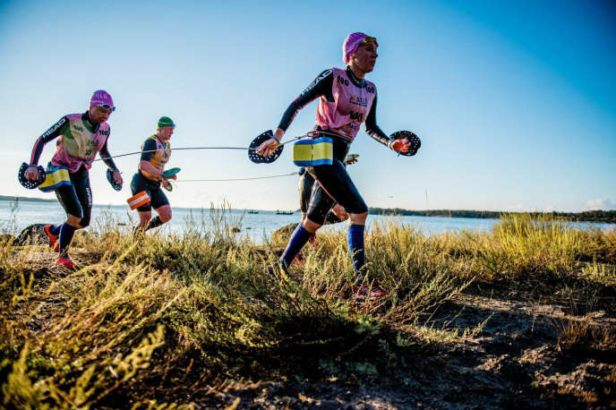 Quelque 240 athlètes ont pris le départ d'Otillö swimrun, lundi 1er septembre, équipés de flotteurs, de palmes à main et souvent encordés pour rester au contact de leur binôme.