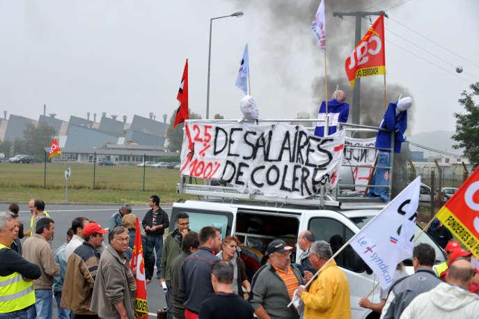 Les salariés de la Fonderie du Poitou Aluminium (FDPA), à Ingrandes-sur-Vienne, protestent contre les réductions de salaires que le groupe Montupet veut imposer.