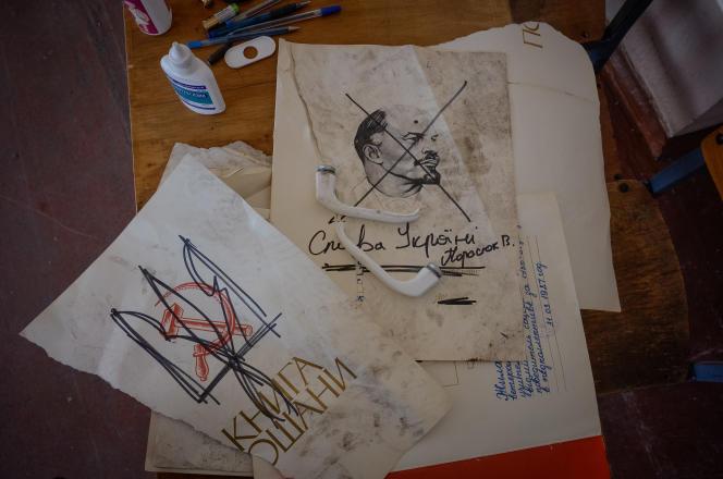 Dans l'école n°14 d'Ilovaïsk, des documents montrant de symboles soviétiques rayés, trouvés par les séparatistes prorusses.
