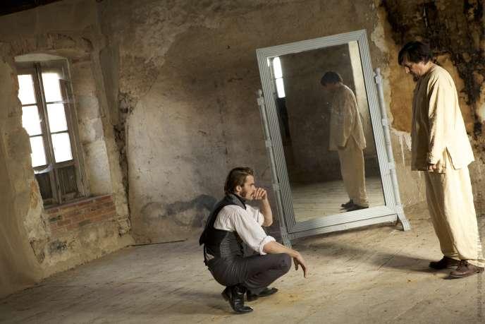 Le psychiatre Emile Blanche (Stanley Weber) tente de soigner Saturnin (Serge Riaboukine), un patient souffrant d'aphasie.