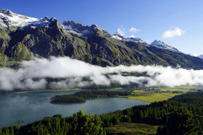 Le « serpent de Maloja », nuage brumeux qui s'étire presque quotidiennement au-dessus de Sils-Maria (canton des Grisons, Suisse).