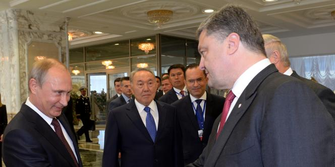 Le président de la Russie, Vladimir Poutine, et son homologue ukrainien, Petro Porochenko, à Minsk, le 26août.
