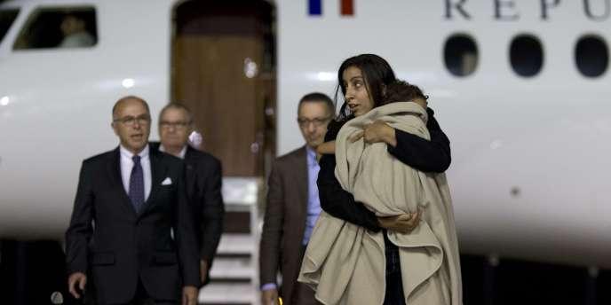 Le ministre de l'intérieur, Bernard Cazeneuve, accueille Mériam Rhaiem et Assia à Villacoublay le3septembre.