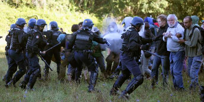 Heurts entre la police et des manifestants contre le futur barrage de Sivens dans le Tarn, le1erseptembre.