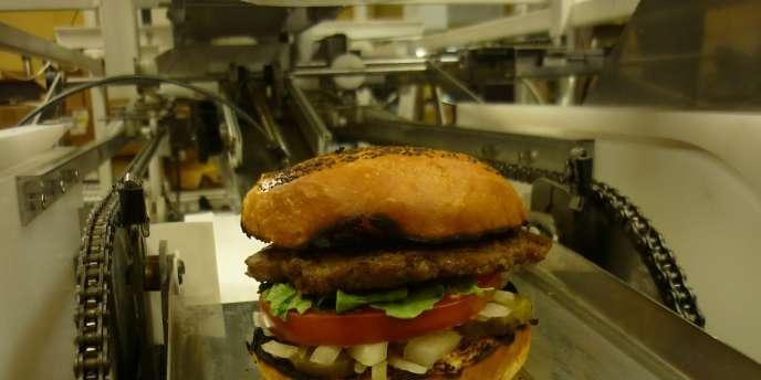 Un hamburger sur la chaîne de montage de Momentum Machines.