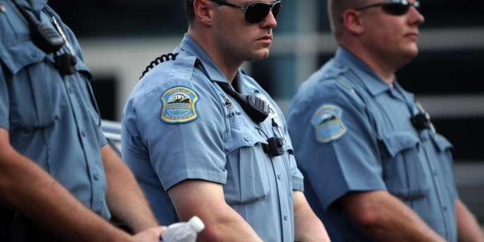 Des policiers de Ferguson avant une manifestation, le 30 août.