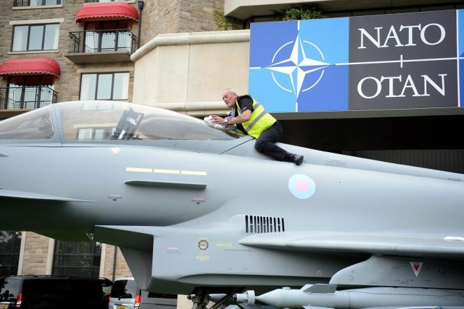 Maquette à l'échelle 1 d'un Eurofighter Typhoon devant l'hôtel où se tient le sommet de l'OTAN, les 4 et 5 septembre à Newport, au Pays de Galles.