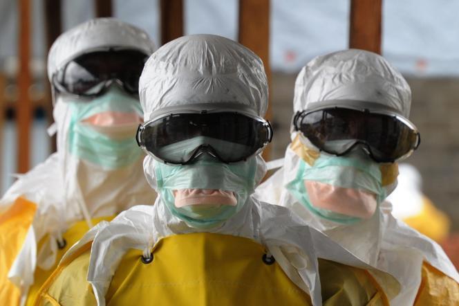 Des membres de Médecins sans frontières quittent la zone à risque de l'hôpital Elwa, à Monrovia (capitale du Liberia), le 30août.
