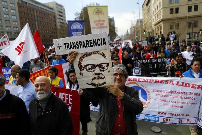 Un manifestant brandit un portrait de Salvador Allende, président du Chili entre 1970 et 1973, le 4 septembre, à Santiago.