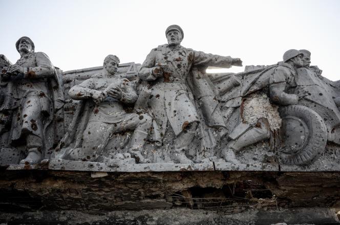 Un monument de commémoration de la seconde guerre mondiale, endommagé, la colline de Saour Moguila, près de Donetsk.
