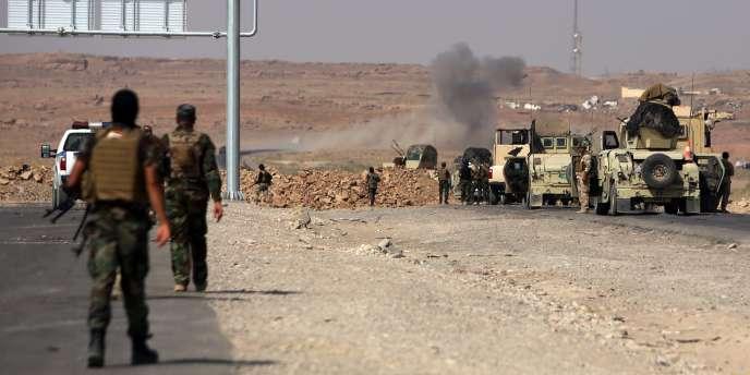 Des soldats irakiens essaient de faire sauter des engins explosifs improvisés de l'Etat islamique sur la route d'Amerli.