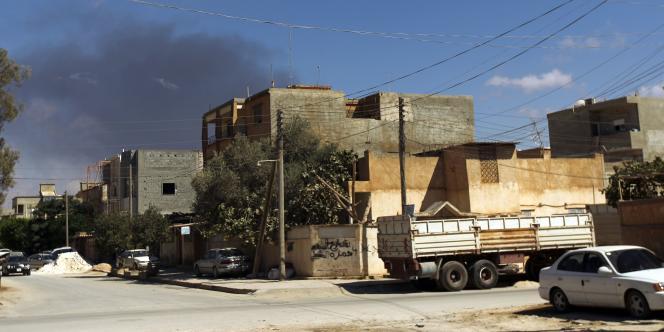 Le 1er septembre 2014, de la fumée s'élève au-dessus de Benghazi, en Libye, théâtre de combats depuis des mois.