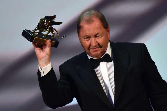 Le réalisateur suédois Roy Andersson tient le Lion d'or lors de la cérémonie de clôture de la 71e Mostra de Venise, samedi 6 septembre 2014.