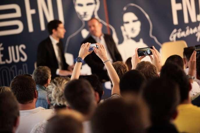 Des militants lors de l'université d'été du Front national de la jeunesse qui se tient à Saint-Aygulf (Var), samedi 6 septembre.