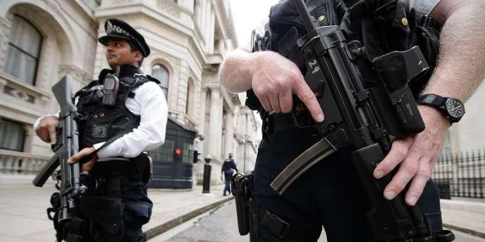 Policiers britanniques en faction devant la résidence du premier ministre britannique, à Downing Street, le 29 août.