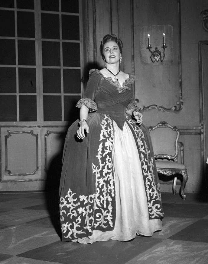 La soprano italienne Magda Olivero dans le rôle d'Adriana Lecouvreur, dans l'opéra de Francesco Cilea à La Scala de Milan (photo non datée).