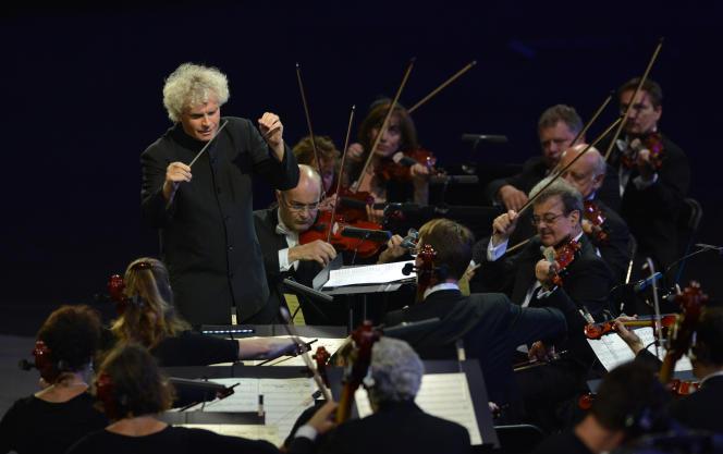 Le grand chef britannique Sir Simon Rattle avec le London Symphonic Orchestra, en 2012.