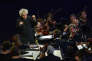 Le grand chef britannique Sir Simon Rattle avec le London Symphonic Orchestra, en 2012.