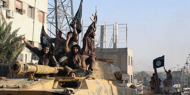 Des combattants de l'Etat islamique à Rakka, en Syrie, le 30 juin.