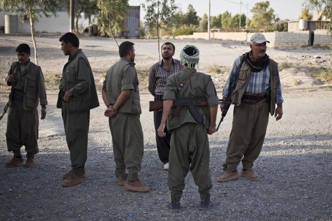 Des combattants gardent un camp de réfugiés du Parti des travailleurs du Kurdistan (PKK), près de Makhmour, ville brièvement occupée par l'Etat islamique avant d'être reprise par les Kurdes en août.