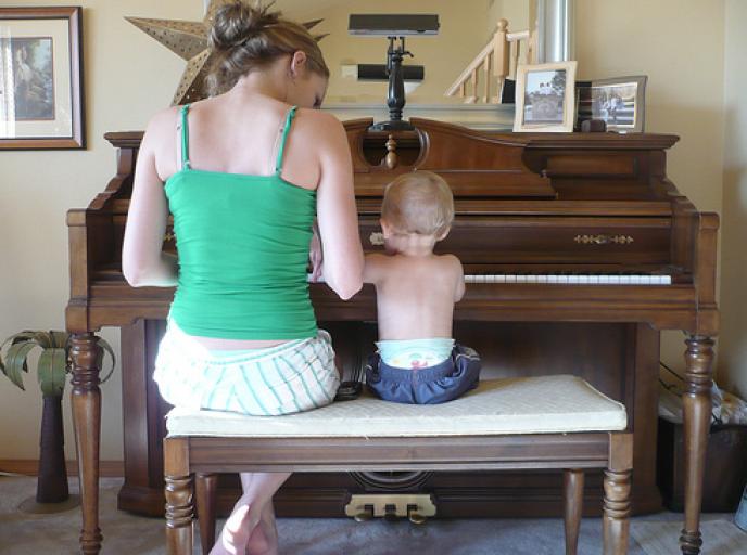 En Île-de-France, une heure de baby-sitting se monnaye à 8,98 € en moyenne, contre 8,01 € en Bretagne, en 2014.