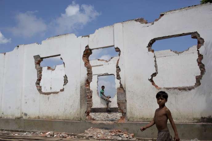 Au Bangladesh, près de Dhaka, le mur d'une école s'est effondré à cause de l'érosion des berges du fleuve Padma.